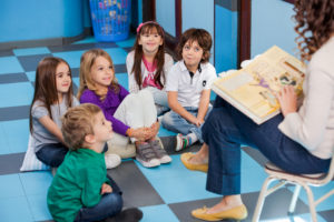 lecture d'histoire aux enfants